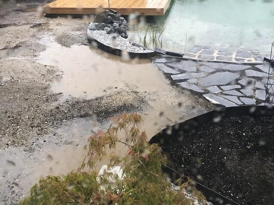 Hier ist schön die Zweite Begrenzung zur Folie zu sehen!! Auch der Eingang wurde so gemacht vom Gefälle her dass kein Wiesenwasser(düngen) in den Teich kommt!!