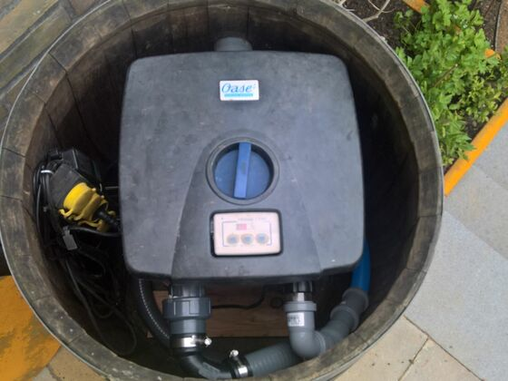 Alter Oase Filter 6000CWS im Fass