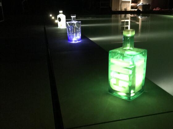 Ein Kumpel dachte es wäre eine gute Idee abends die Poolbeleuchtung mit Ginflaschen zu frisieren 😁
