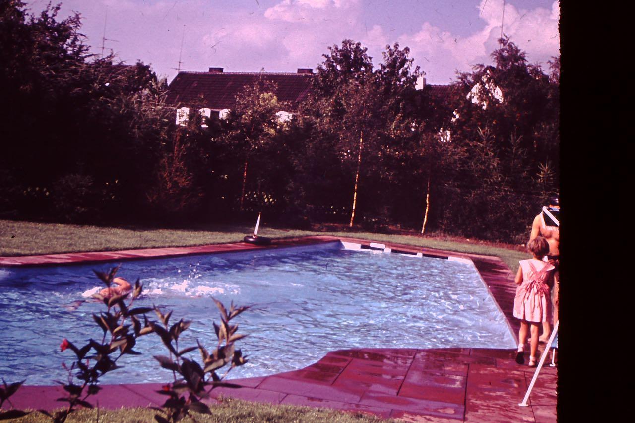Hallo wer schwimmt denn da? Ich bin es nicht; das Foto ist 60 Jahre alt! Bis 1990 mit viel Chlor! Halbzeit