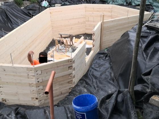 Loch für die Treppe. Holzrahmen fast fertig.